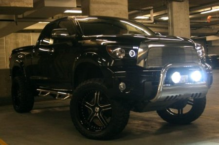 444's 2007 Tundra Limited Double Cab with HID fog lights ON